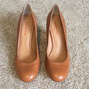 Tan leather round toed pump